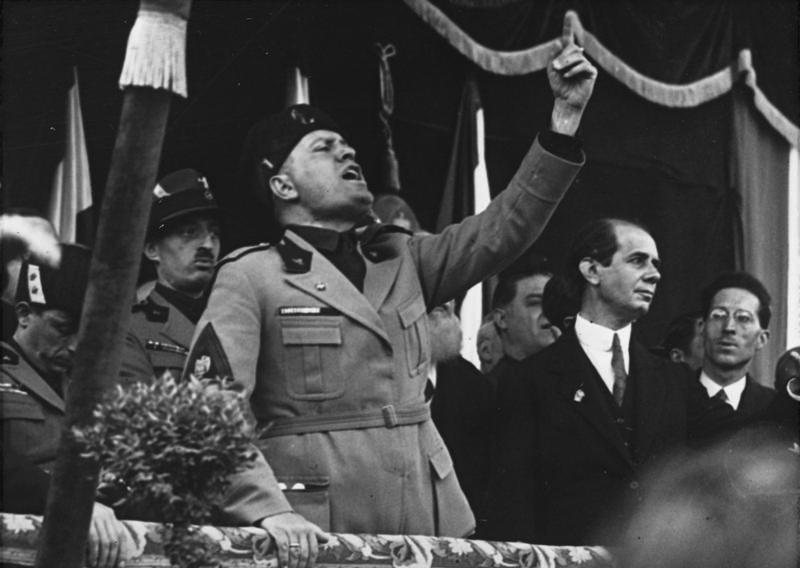 Benito Mussolini conciona la folla in Piazza Duomo a Milano, nel maggio 1930-Bundesarchiv, Bild 102-09844 / CC-BY-SA